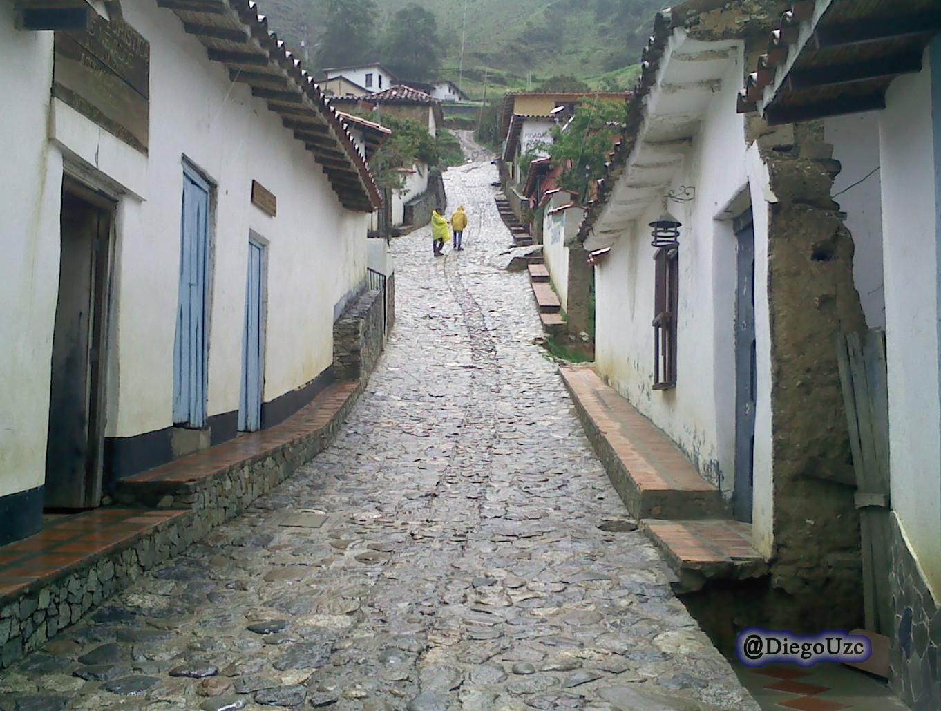 Calle empredrada en pueblo Los Nevados