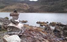 Montículo de piedras llegando a la Laguna Miguagó