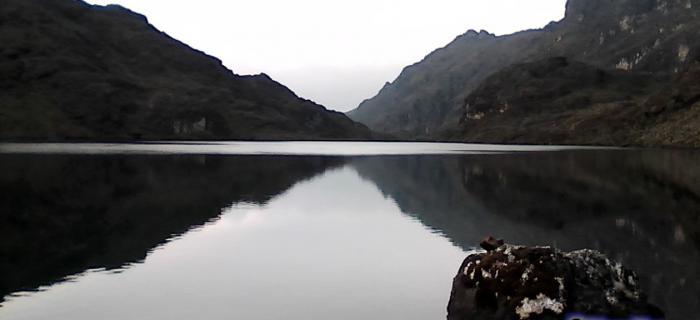 Simetrías a los 3700 msnm... Laguna Santo Cristo